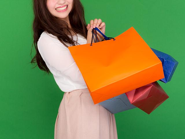 カラフルな買い物袋を持った女性