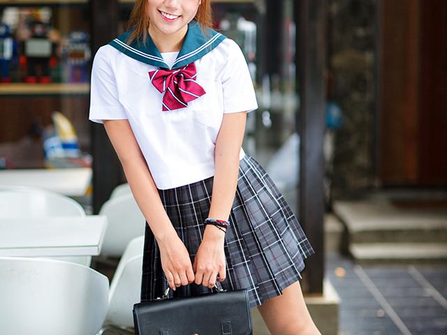 笑顔で何か訪ねているようなセーラー服の女の子
