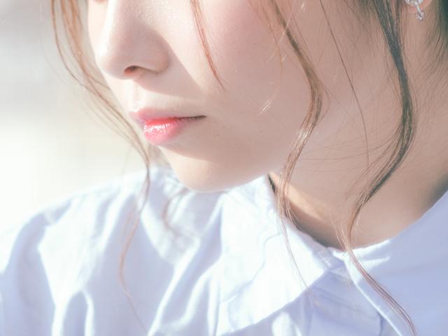 色白で透明感のある女の子の口元