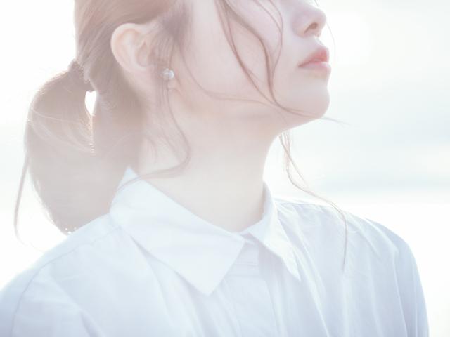 晴天を見上げる女性