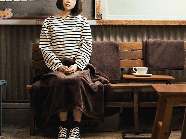 アンティークな家具囲まれてシンプルな装いの女の子