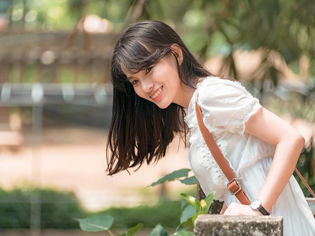どこか昭和を感じさせるような風貌をしている笑顔の女性