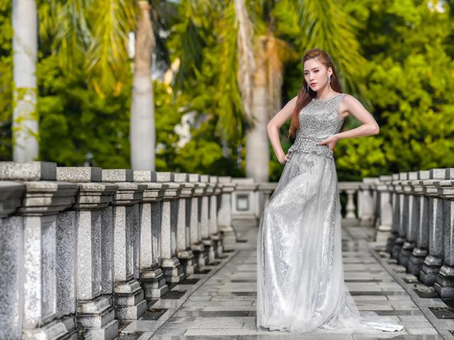 道行く人の前に立ちふさがろうとしている銀色のドレスを着た女の人