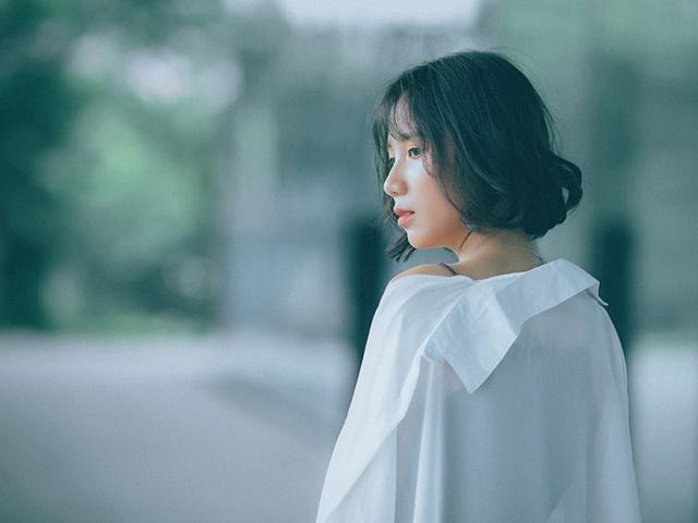 キャミソールに透け気味の白いシャツを羽織った女の人