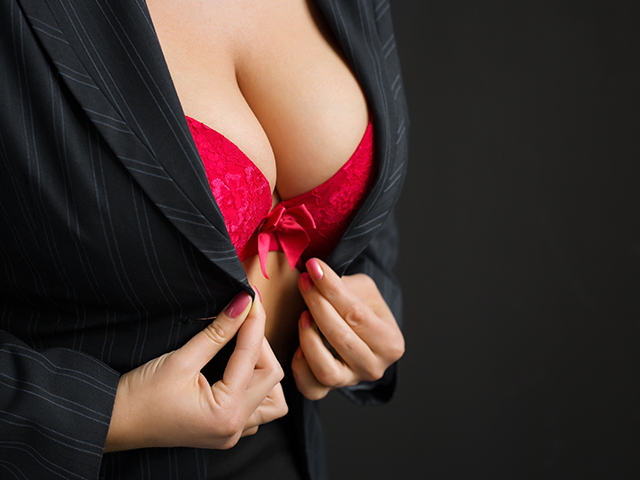赤い下着を付けている女性