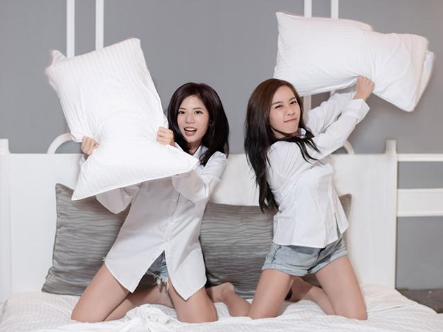 枕を投げつけようとしてくる二人の女の人