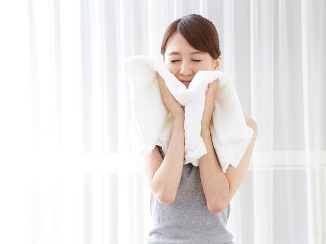 こすっちゃだめなんです、といいながら洗濯したてのタオルで顔をふいている女の人