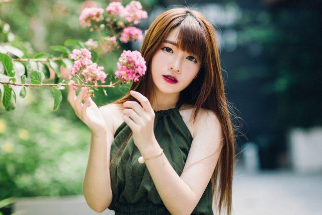 ピンク色の木花と女性