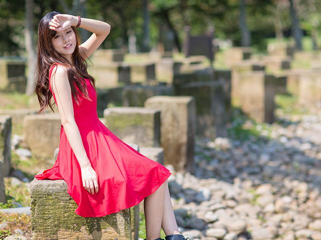 真夏に赤いワンピースを着ている女性