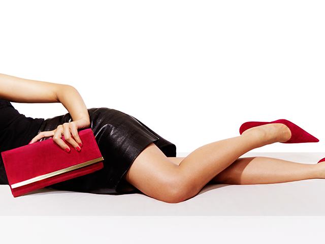 赤いクラッチバッグを持っている女性