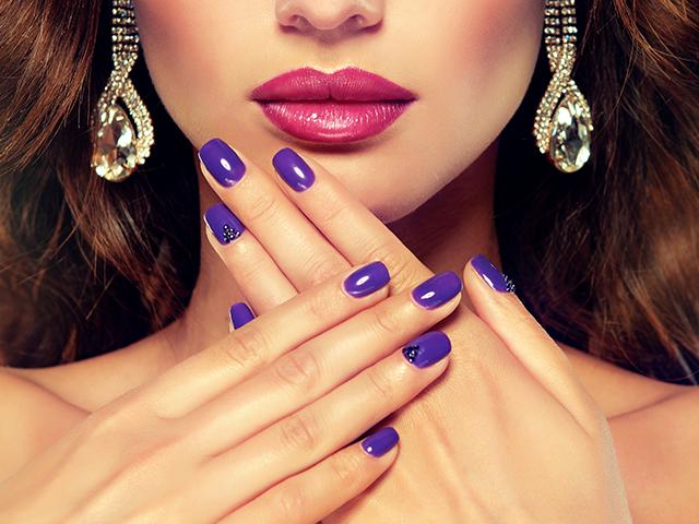 紫のネイルをしている女性