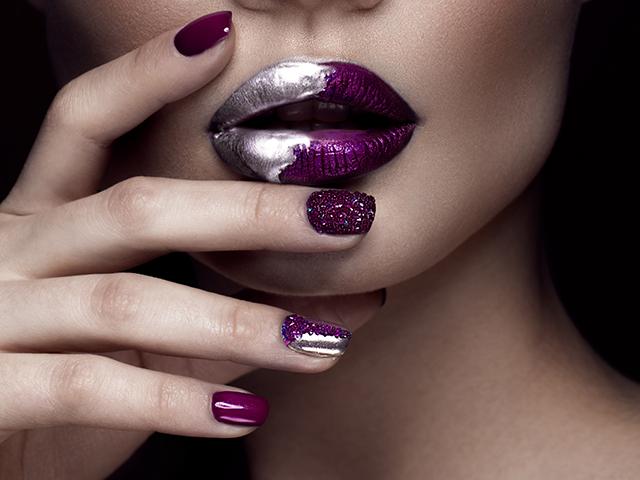 紫のリップアートをしている女性