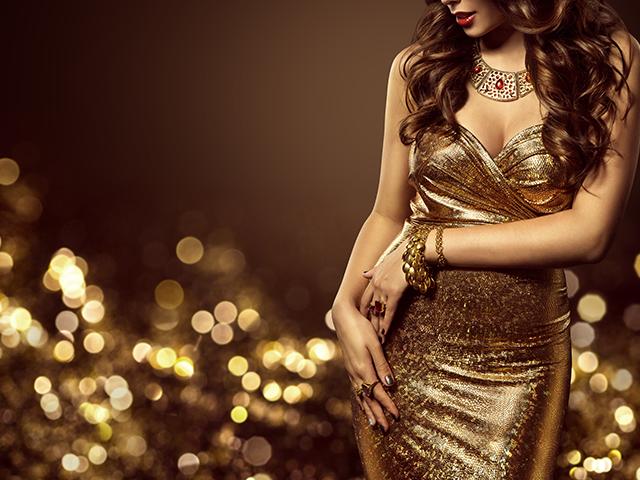 金色のドレスを着ている女性