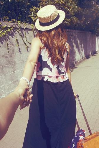 彼氏の手を引く旅行女性