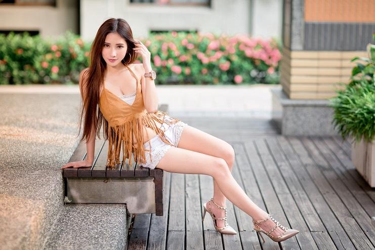 ベンチに座る生足女性