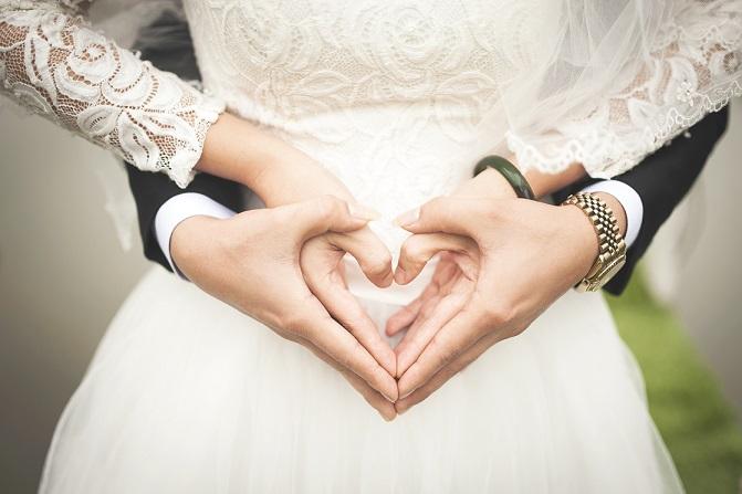 手でハートを作る新婚夫婦