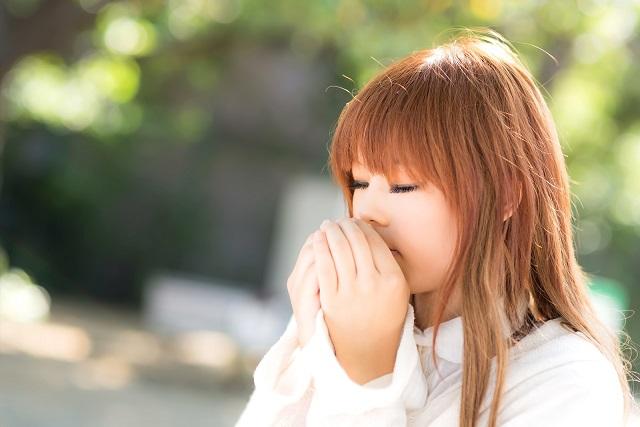 吐息で手を温める女の子
