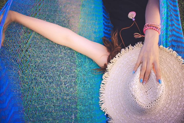 麦わら帽子で顔を隠した女の子
