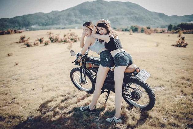 バイクに2人乗りする女の子たち