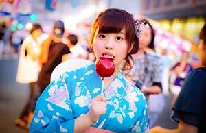 リンゴ飴を舐める女の子
