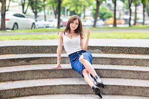 石段に腰掛ける女性
