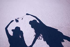 2人の女の子の影