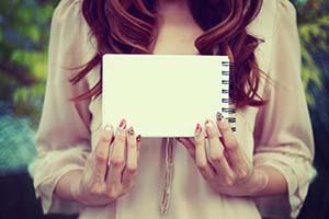 メモ帳を持った女の子