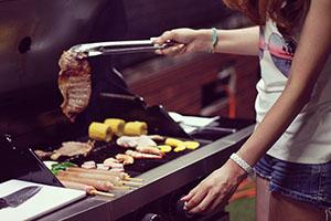 肉を焼く女の子