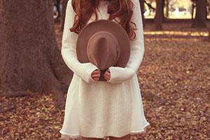 帽子を手に持った女の子