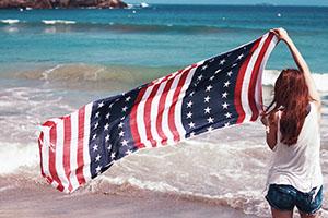 星条旗を掲げる女の子