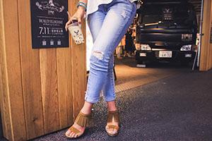 ジーンズを履いた女性の足元