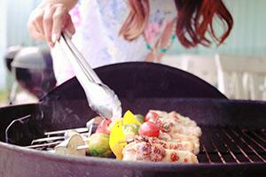 鉄板で料理を焼く女の子