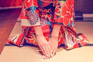 三つ指をつく女の子