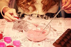 イチゴチョコを溶かす女の子