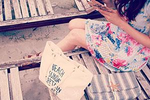 砂浜のチェアに座る女の子