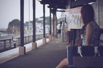 駅にいる女の子