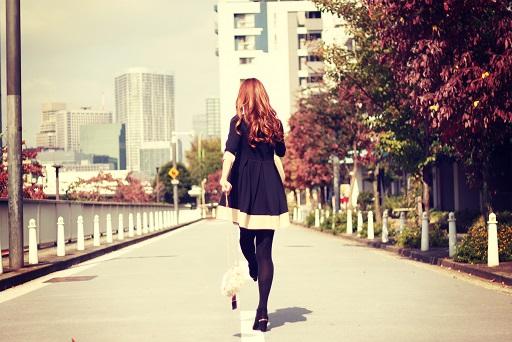 前を歩く女性