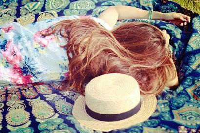 寝転がる女の子