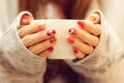 カップで手を温める