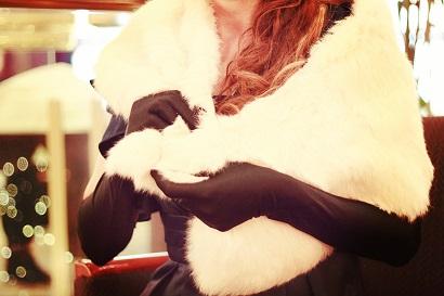 白いファーと黒い手袋