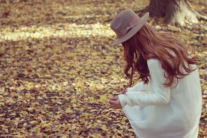落ち葉を見つめる女の子