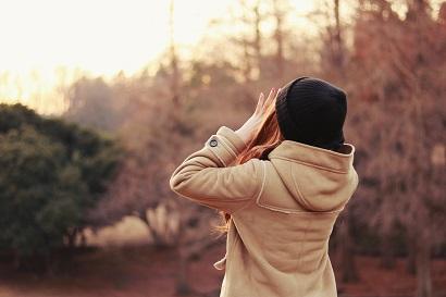 空に向かって叫ぶ女の子