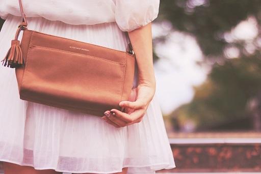 白いスカートの女の子