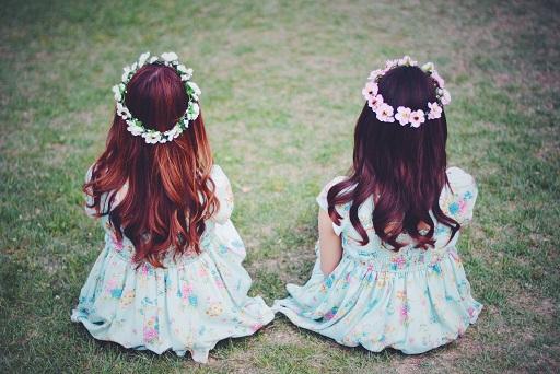 花の冠を被った双子の女の子