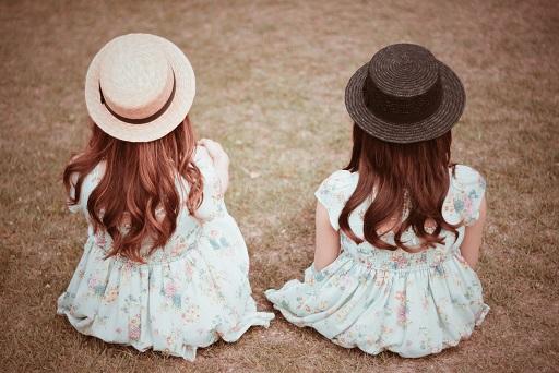 帽子を被った双子の女の子