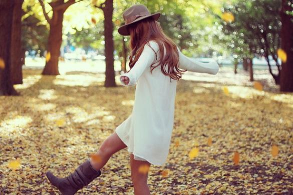 秋を蹴飛ばす女の子