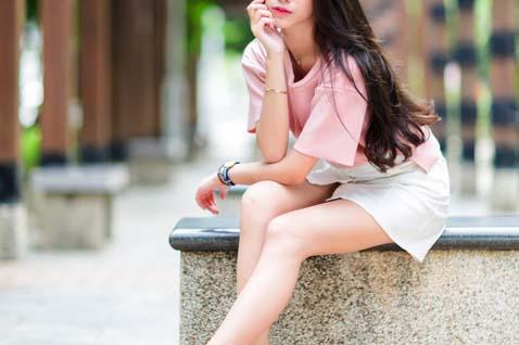 ピンクの服の女性