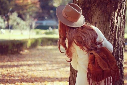 木陰から覗くの女の子