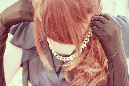 ネックレスを付ける女の子