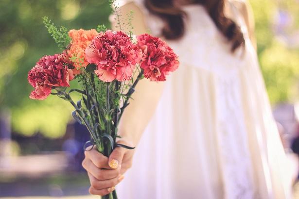 花束を手渡す